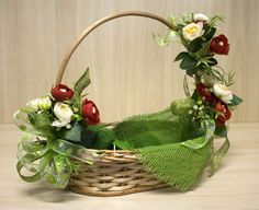 cesta decorada com flores Christmas Flower Arrangements, Floral Arrangements, Fruit Flower Basket, Box Creative, Exploding Gift Box, Fruit Gifts, Wedding Gift Wrapping, Creation Deco, Deco Floral