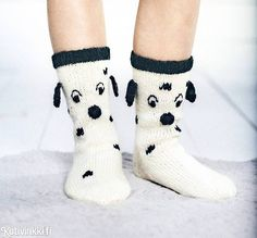 Dalmatialaiset jalkaan! | Kotivinkki Sweater Knitting Patterns, Knitting Socks, Crochet Socks, Knit Crochet, Knitting For Kids, Baby Knitting, Best Baby Socks, Minion Baby, Cosy Outfit