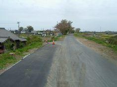 袋井市諸井原野谷川堤防道路、すなわち北134号線は道路拡幅と舗装工事を2018年4月6日に完成、提案は地元9班のkatumi kubotaで10班から袋井市に要請した、袋井市建設課加藤正則氏のご尽力とご協力で綺麗に出来た、通行者と地元住民が非常に喜び感謝しています、ありがとうございました。