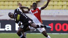 Gilles Sunu @sco_angers face à un joueur de Monaco. #Football #ligue1