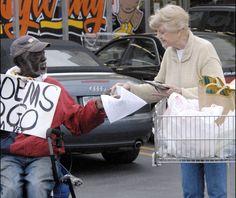 La actriz Angela Lansbury le compra un poema a un vagabundo el Día de Acción de Gracias en 2008 en Los Angeles (EE UU). (GTRES)