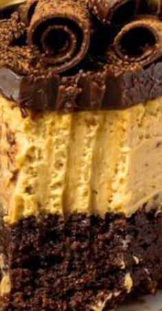 This Coffee Brownie Cheesecake has a creamy coffee cheesecake sitting on top of a brownie bottom, topped with coffee ganache, chocolate curls & coffee whipped cream. Coffee Cheesecake, Cheesecake Brownies, Cheesecake Recipes, Yummy Snacks, Snack Recipes, Dessert Recipes, Yummy Food, Cheese Recipes, Fun Desserts