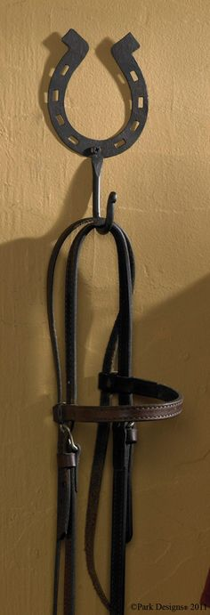 Shoe Tack How many thumbs up to this? Shoe Tack DIY Reclaimed Pallet Wood Shoe Rack Horseshoe Key or Jewelry holder, made from a recycled and repurposed used Horseshoe Projects, Horseshoe Crafts, Horseshoe Art, Metal Projects, Metal Crafts, Horseshoe Ideas, Welding Crafts, Farm Crafts, Horse Crafts