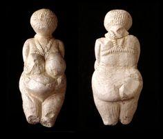Venere di Kostienki, ca. 23000 anni fa, avorio scolpito a tutto tondo con tracce di ocra rossa.   Da Kostienki, Russia. Hermitage Museum, San Pietroburgo, Russia.