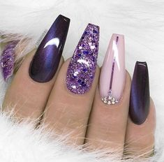 Manucure tendance hiver et printemps Vernis à ongle violet et nude, paillettes rose et nail art diamants. Manicure tendencia invierno y primavera Esmalte de uñas púrpura y nude, brillo rosa y diamantes de arte de uñas. Purple Nail Designs, Nail Art Designs, Pedicure Designs, Nails Design, Black Nail Art, Black And Purple Nails, Purple Glitter Nails, Purple Nail Art, Glitter Nikes