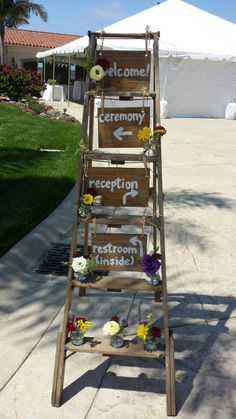 Welcome Ladder Decor for Wedding. Vintage wooden ladders. Old ladder decor. Échelles en bois vintage. Escalera ideas.