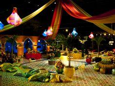 Festa árabe: Pista de dança rodeada por mesas e almofadas