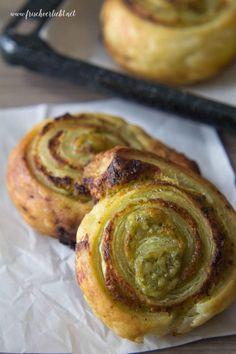 Die nächste Geburtstagssause und der Freitagsfernsehabend stehen vor der Tür? Ich habe den idealen Party Snack für euch: Blätterteig-Schnecken mit Pesto.