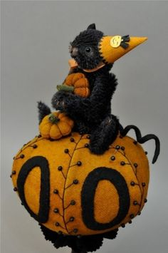 adorable pin cushion - Must find a pattern for this little cutie! This is by Lori Ann Corelis of the Spotted Hare. Vintage Halloween, Halloween Crafts, Sewing Crafts, Sewing Projects, Sewing Kits, Wooly Bully, Penny Rugs, Wool Applique, Sewing Accessories