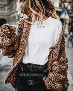 Chilly weather calls for cozy clothes. Wrap yourself in a thick woven cardigan for casual days while sipping cocoa. Who says comfortable can't be stylish? Fashion Blogger Style, Fashion Mode, Look Fashion, Winter Fashion, Fashion Outfits, Fashion Trends, Fashion Bloggers, 90s Fashion, Looks Street Style
