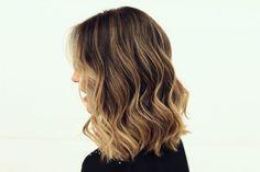 Inspiração de corte long bob e a técnica Hair Contour. Com o contorno é possível chegar no tom ideal para iluminar o cabelo de acordo com o seu estilo.
