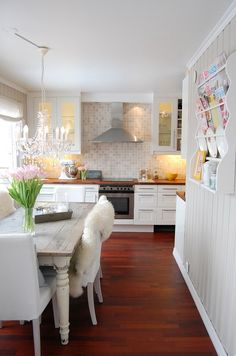 kitchen-love the white kitchen with earthy tones backsplash