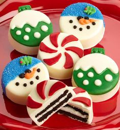 Send a favorite someone a holiday goodie box filled with six delicious and festively fun OREO® cookies covered in creamy confection decoration as snowmen, Christmas tree ornaments and peppermint candies! Christmas Snacks, Holiday Treats, Christmas Cookies, Holiday Recipes, Christmas Chocolates, Holiday Foods, Christmas Activities, Holiday Desserts, Christmas Recipes