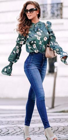 #spring #outfits woman wearing green and white floral button-up flare-sleeved top and blue washed fitted jeans. Pic by @newyorklife_style