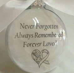 Een kerstbal met een tekst voor een overleden dierbare. Het is een idee om dit uit te delen als bedankje voor de aanwezigen op de uitvaart als de uitvaart in december plaatsvindt. | kijk voor meer ideeën en inspiratie op www.rememberme.nl