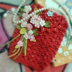 CARTEIRA DE CROCHE- COM FLORES DE CROCHE Crochet Pouch, Crochet Purses, Crochet Gifts, Easy Crochet, Crochet Stitches, Crochet Flower Tutorial, Crochet Flowers, Crochet Coaster Pattern, Crochet Patterns