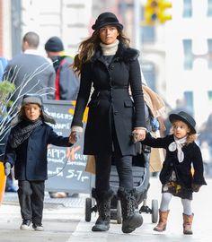 El clan McConaughey 'desfila' por la Gran Manzana. Camila Alves con sus hijos Levi y Vida #modelos #models #people #celebrities #famosas