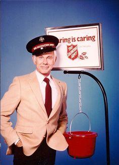 Johnny Carson, der hier für die Spendensammlung der Heilsarmee wirbt, wurde 1962 der Moderator der Tonight Show, der ersten Late Night Show der Welt. Er führte fast 30 Jahre durch die Sendung und war einer der bekanntesten Fernseh-Entertainer der USA.