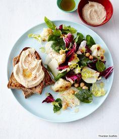 Blumenkohl, Kohlrabi, Spinat, Radicchio und Frisée bilden die solide Basis für den orientalischen Dreh mit Kichererbsen und Hummus.