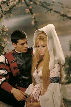 The 2 prettiest and sexiest actors in the same film, French icons Alain Delon and Brigitte Bardot in Les Amours Celebres Brigitte Bardot, Bridget Bardot, Alain Delon, French Beauty, Classic Beauty, Urbane Mode, French Movies, Movie Couples, Famous Couples