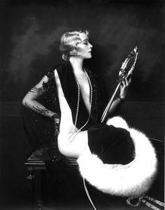 Lady blond Pelz Spiegel