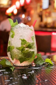 It's Aperitivo time! Tauchen wir ein, in die Welten, die sich um ein Glas und köstliche Vorspeisen herum öffnen. Eine italienische Tradition, die hochgehalten wird - nicht nur im Urlaub. St Patrick's Day Cocktails, Beste Cocktails, Craft Cocktails, Mojito, Rum, Bar Spoon, Citrus Juice, Small Bars, Key Lime