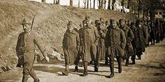 Prigionieri austro-ungarici a Treviso lungo le mura cittadine (1918)