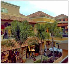 A sólo pasos del hotel, se encuentra el Mall Portal La Dehesa, un exclusivo centro comercial abierto. Dirección: Av. La Dehesa 1445, Lo Barnechea.