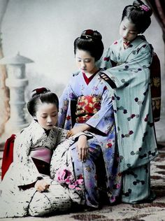 The Kimono Gallery. An study of young Japanese girls by K. TAMAMURA of Yokohama, Japan. Text and image via Okinawa Soba Japanese History, Japanese Beauty, Japanese Culture, Japanese Photography, Old Photography, Kimono Japan, Japanese Kimono, Samurai, Era Meiji