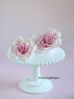 Marsispossu: Vaaleanpunaisia sokerimassaruusuja, sugar roses