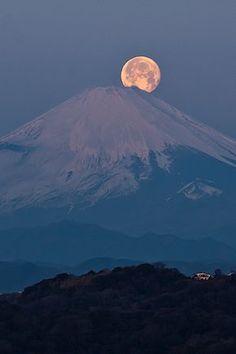 Fuji with full moon, Kamakura, Japan Beautiful Moon, Beautiful World, Beautiful Places, Beautiful Pictures, Moon Pictures, Nature Pictures, Monte Fuji Japon, Natur Wallpaper, Landscape Photography