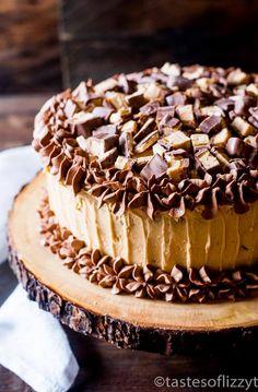 Schokoladenkuchen mit Erdnussbutter bereift geschichtet und gehackte Erdnussbutter Snickers machen diesen Snickers…