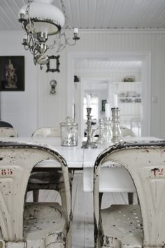 Dining room Whitewashed Shabby chic French country rustic Swedish decor idea wood and resin Paris Shabby Chic Bedrooms, Shabby Chic Homes, Shabby Chic Furniture, Swedish Decor, Deco Retro, Estilo Shabby Chic, Deco Addict, Shabby Chic Kitchen, Rustic Kitchen