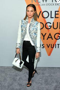 """Alicia Vikander assiste au vernissage de l'exposition """"Volez, Voguez, Voyagez"""" de Louis Vuitton à l'American Stock Exchange. New York, le 26 octobre 2017."""