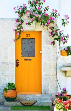 Puertas de color Modern yellow door with accent window. Puertas de color Modern yellow door with acc Cool Doors, Unique Doors, Entrance Doors, Doorway, Front Doors, Door Design, House Design, Yellow Doors, Door Gate