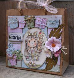 Kadootjes maken en geven is altijd erg leuk. Martine Bosman doet niets liever en heeft dan ook dit mooie tasje gemaakt. Ze heeft paperbloc Sping 6011/0308 gebruikt en hierbij de kadootjes stansen 6002/0350 en 6002/0351. Het is een leuke randstans en de andere zijn de losse kadootjes. Je kan ze los gebruiken maar ook samen met foamblokjes geeft een heel leuk effect.  http://noortje-design.blogspot.nl/2014/04/kom-je-een-taartje-eten.html