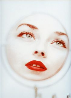 Dorian Leigh  Photo by Milton Greene, Weston, Conn, 1950 #photography #beauty #mirror #red #lips #makeup #lipstick