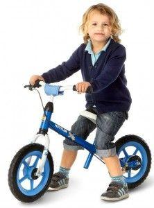 Ze zijn er echt, kinderen die zó wegfietsen zonder zijwieltjes. Zonder oefenen, zonder angst, gewoon huppakee. Natuurtalentjes? Welnee, het best bewaarde geheim van leren fietsen is de loopfiets.  Al met een jaar of twee kunnen peutertjes uit de voeten op een loopfiets (een fiets zonder trappers). Eerst nog stapje voor stapje, later met steeds meer tempo. Evenwichtsgevoel, het balanceren op twee wielen dat zo essentieel is voor fietsen zonder zijwieltjes, komt spelenderwijs.