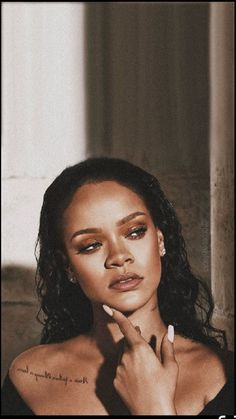 Sep 2019 - Don't we all love Rihanna? The Bad Gal just released her makeup brand called Fenty Beauty. Style Rihanna, Rihanna Riri, Rihanna Makeup, Rhianna Fashion, Rihanna Vogue, Zendaya Style, Mode Poster, Toni Garrn, Vintage Hipster