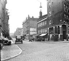 Amsterdam, Willemsstraat, gezien vanaf de Brouwersgracht in de richting van de Lijnbaansgracht. Op de hoek het café van J. de Ruyter. Foto: Nico Swaager (1910-1983)
