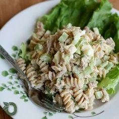 A salada de atum com macarrão é leve e uma delícia para servir em sua refeição. É simples de preparar e super saudável! :) Você vai precisar de meio pacote da massa integral de sua preferência - você pode optar por uma sem glúten -, 2 latas de atum escorrido, 3 ovos cozidos e picados, 3 talos de aipo picados, 3/4 xícara de iogurte grego sem gordura, 1 colher de sopa de mostarda, 1 1/2 colher de chá de limão, 1/8 colher de chá de cebola em pó, um pouco de vinagre de maçã, sal e pimenta do…