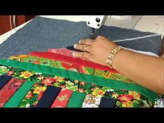 🙋🏿♀️ ENSINANDO TAPETE DE TIRAS DIVIDIDO EM TRÊS PARTES🙋🏿♀️ - YouTube Winding Ways Quilt, Quilting Projects, Sewing Projects, Cushion Cover Designs, Place Mats Quilted, Homemade Home Decor, Indian Art Paintings, Patchwork Bags, Patch Quilt
