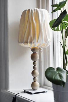DIY klädd lampskärm - via trendenser.se  Klä in en vanlig vit skärm i ett bommulstyg tyg genom att sy två kanaler med raksöm i tygstyckets över och underkant. Tillsammans med tunna läderremmar bildar kanalerna en dragsko som gör att man bara behöver knyta åt och fästa. Vill du pimpa lampfoten ytterligare kan du göra det genom att trä på träkulor i olika storlekar under glödlampan.