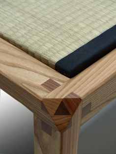 """Detail einer Bank, der äußere -konstruktiv offene """"Würfel"""" - ist mit kontrastierendem Holz zugeleimt // Seeland, Nodus"""