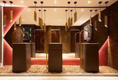 CASA COR SP 2015 - O destaque do ambiente de 50 m² ficou por conta do mosaico de porcelanato, que imita metal. - Amanda Damha, Toilette.