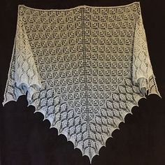 Шаль имеет треугольную форму, вяжется сверху вниз. Прибавки выполняются по краям и по центру шали в каждом нечетном ряду.