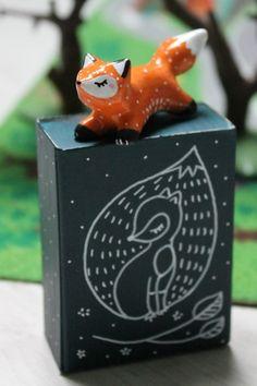 Figurines décoratives, Ma Boîte à Totem Renard oMamawolf - est une création orginale de oMamawolf sur DaWanda Nifty Crafts, Diy Crafts For Kids, Ceramic Animals, Ceramic Art, Doll Crafts, Clay Crafts, Biscuit, Crea Fimo, Clay Art Projects