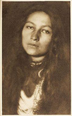 """Zitkala-Ša, Dakota for """"Red Bird"""" : Sioux Writer, Editor, Musician, Teacher & Political Activist. (1876-1938)  Some of her writings may be found online at: http://digital.library.upenn.edu/women/zitkala-sa/stories/stories.html Un cratère vénusien porte son nom : Gertrude Simmons Bonnin (aussi connue sous ce nom). http://www.facstaff.bucknell.edu/gcarr/19cusww/zs/rh.html"""