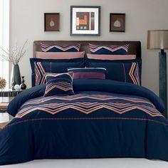 Dramatique , broderies colorées sur un fond de bleu marine profond rend ce modèle un choix exceptionnel pour toute chambre à coucher .
