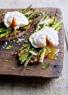 Gegrillter Spargel mit pochiertem Ei von Jamie Oliver | jamie magazin